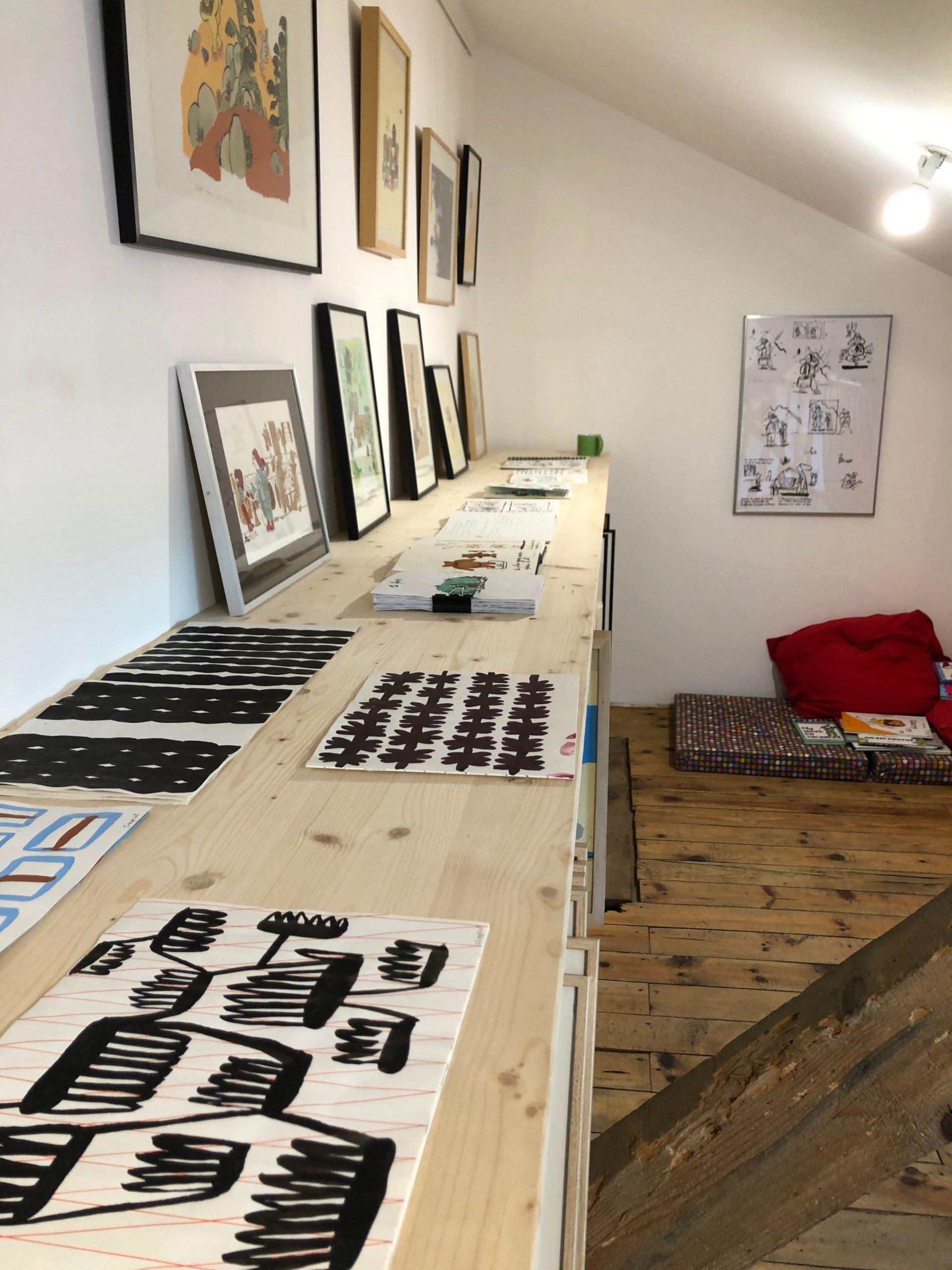 Magali Bardos photos atelier motifs carnet de recherches noir et blanc trait de pinceau illustation exposition cadres coin lecture portes ouvertes